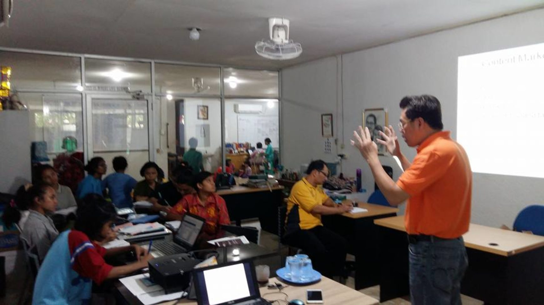 Bpk. Haryo Ardito ( DieHard Motivator dan Trainer Digital Marketing ) menjadi Coach team Markom YPU